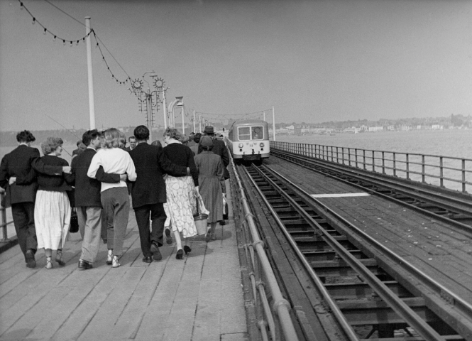 Southend Pier, couples, train-102 PNG